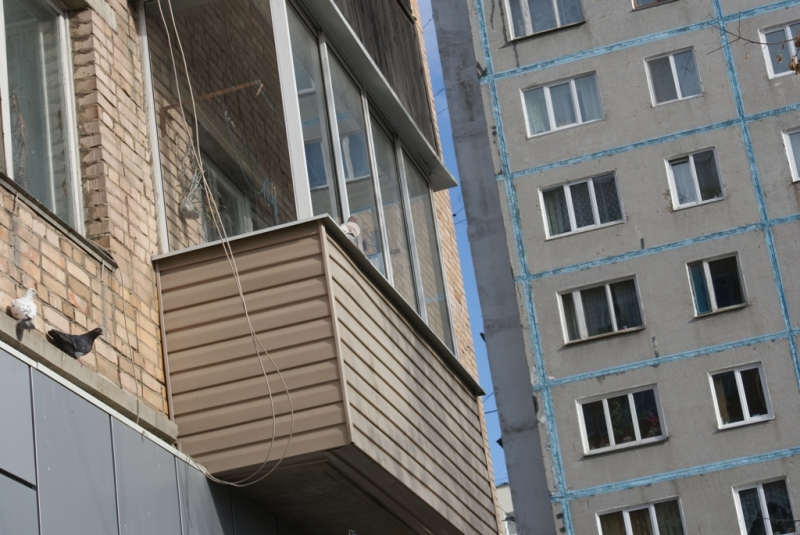 Годовалая девочка выпала с балкона второго этажа дома в анга.