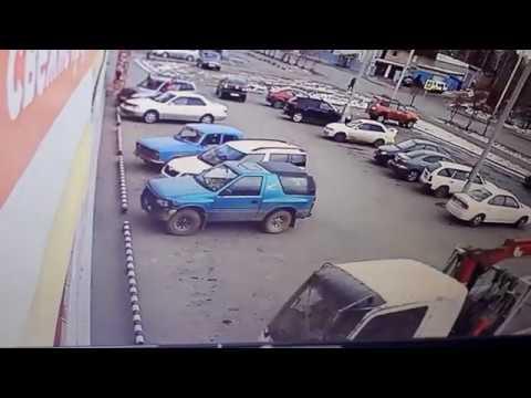 Авария эвакуатор въехал в супермаркет
