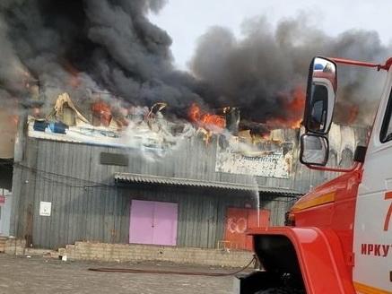 В Иркутске горит овощебаза. Видео