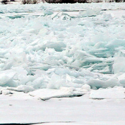 На Ангаре ледяные торосы выходят из берегов
